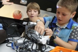Chicos de primaria armaron robots en la Copa Turing Infantil2013